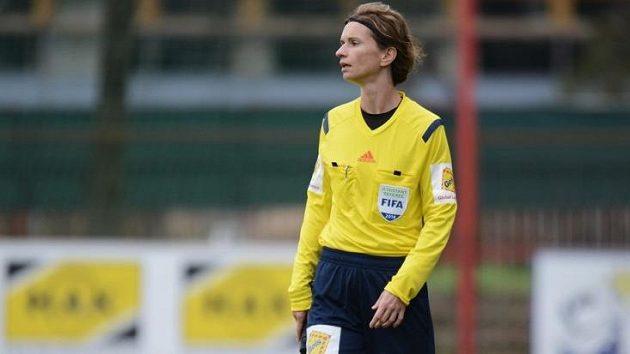 Rozhodčí Lucie Ratajová.