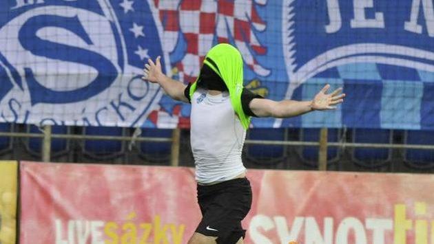 Útočník Boleslavi Stanislav Klobása se raduje z gólu na hřišti Slovácka.