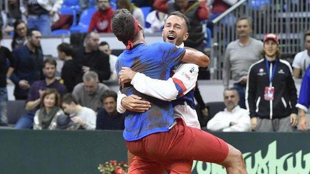 Zloba je zapomenuta. Čeští tenisté (zleva) Jiří Veselý a Lukáš Rosol se radují z postupu do finálového turnaje Davis Cupu..