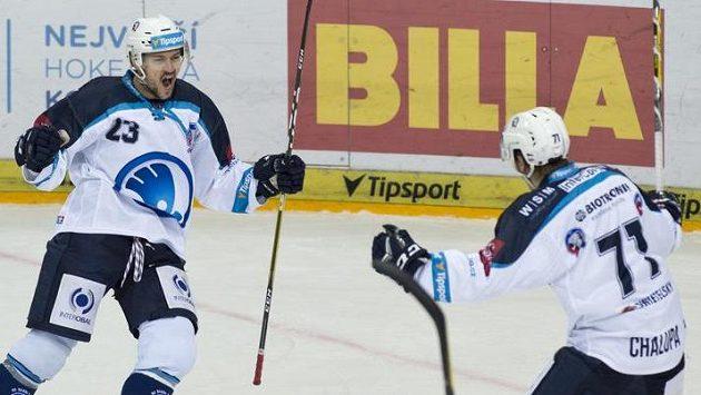 Radost plzeňských hokejistů Petra Straky (vlevo) a Matěje Chalupy z gólu do sítě Sparty.