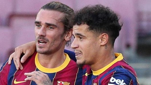 Philippe Coutinho a Antoine Griezmann se radují z branky