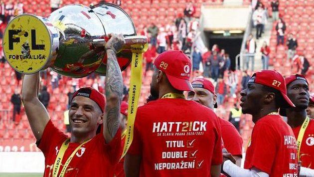 Slavia se titulu nevzdá, shodují se bookmakeři se sázkaři.