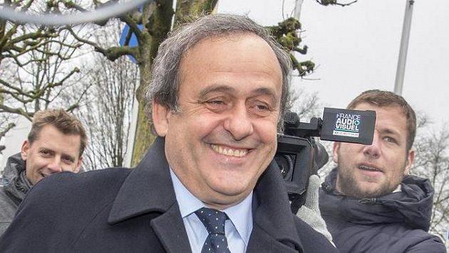 Michel Platini před sídlem FIFA v Curychu.