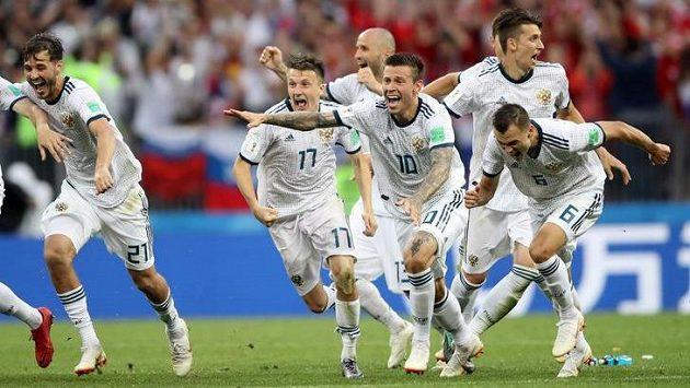 Postup! Rusové se po penaltovém rozstřelu proti Španělsku radují...
