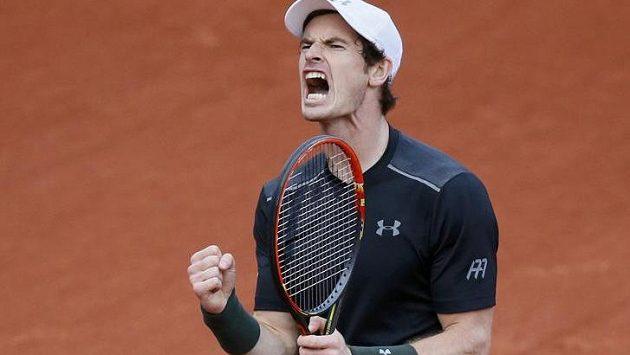 Brit Andy Murray se hecuje v duelu s Radkem Štěpánkem na French Open.