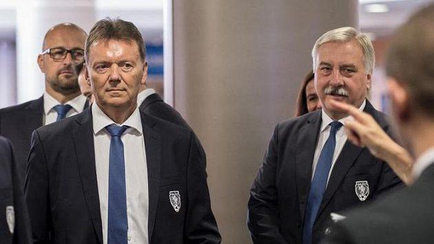 Členové výkonného výboru FAČR Roman Berbr (uprostřed) a Rostislav Votík.