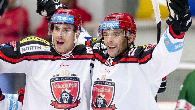 Útočníci Hradce Jiří Šimánek (vlevo) a Jaroslav Kudrna se radují z gólu proti Karlovým Varům.