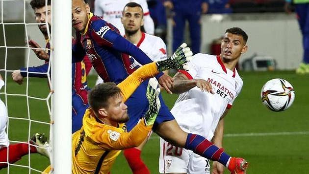 Tomáš Vaclík ze Sevilly řeší spletitou situaci při utkání s Barcelonou.