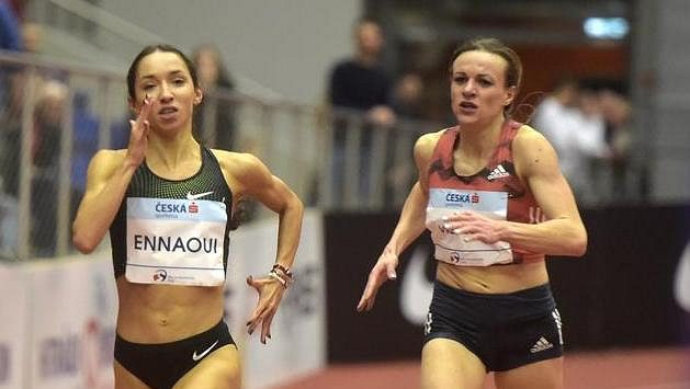 Sofia Ennaouiová z Polska vyhrála běh na 1500 m, vpravo je druhá Simona Vrzalová, která časem 4:05,73 překonala český halový rekord.