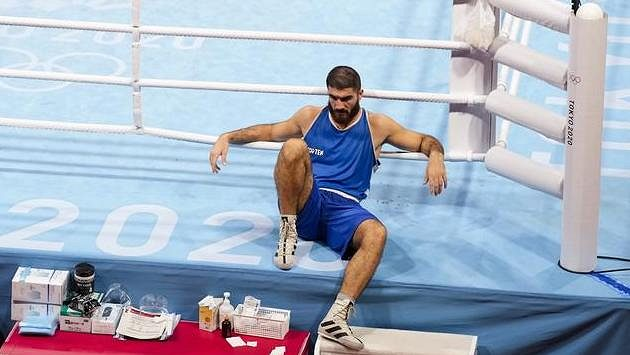Francouzský boxer Mourad Aliev protestoval proti verdiktu rozhodčích