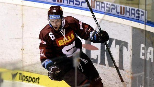 Lukáš Cingel ze Sparty se raduje z gólu na ledě Pardubic.