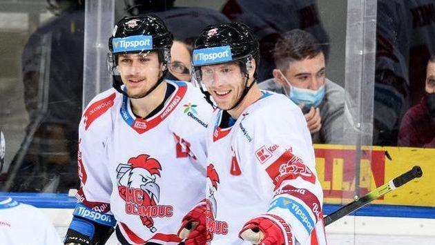 Olomoučtí Michal Kunc a Lukáš Klimek oslavují gól proti Spartě.