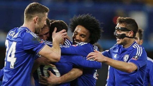 Eden Hazard oslavuje se spoluhráči čtvrtý gól do sítě Manchesteru City