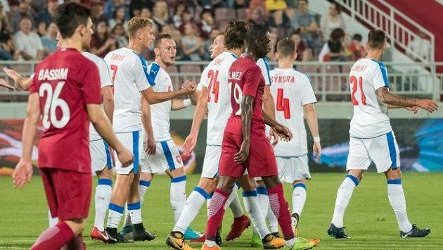 Češi se radují po gólu Antonína Baráka (číslo 7).