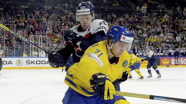 Švéd William Karlsson (vepředu) a Slovák Michal Čajkovský.