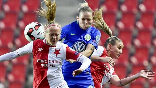 V hlavičkovém souboji hráčky Slavie Jitka Chlastáková (vlevo) a Aneta Dědinová a Isabel Kerchowskiová (uprostřed) z Wolfsburgu.