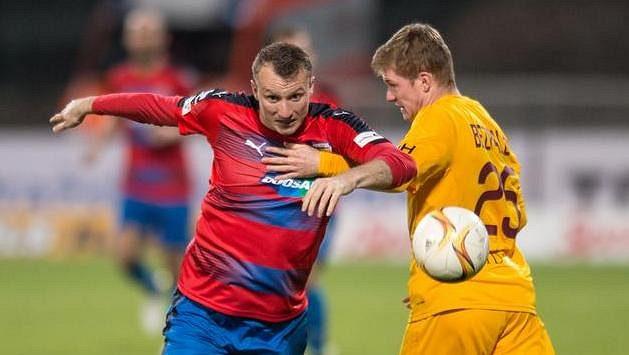 Michael Krmenčík z Viktorie Plzeň a obránce Dukly Praha Michal Bezpalec v duelu na Julisce.