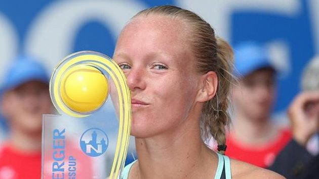 Nizozemská tenistka Kiki Bertensová slaví triumf na turnaji v Norimberku.