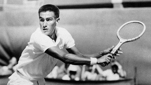 Alex Olmedo v zápase s Nealem Fraserem v Adelaide v roce 1959.