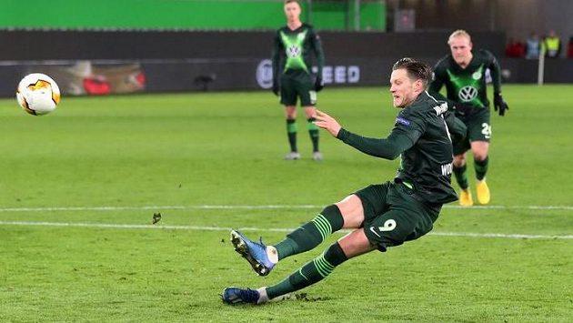 Útočník Wolfsburgu Wout Weghorst při neúspěšné penaltě proti Šachtaru Doněck.