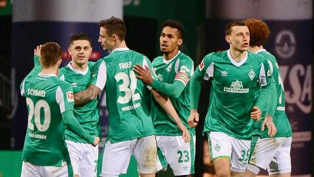 Brémský Theodor Gebre Selassie (23) se raduje se spoluhráči po gólu proti Frankfurtu.