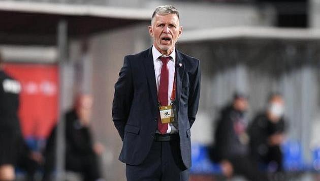 Trenér české fotbalové reprezentace Jaroslav Šilhavý sleduje dění na hřišti v utkání kvalifikace MS proti Bělorusku.