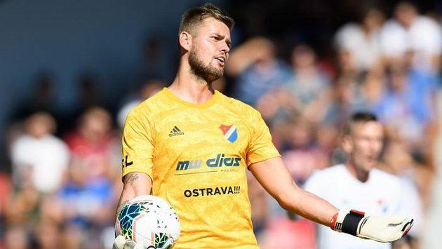 Brankář Baníku Ostrava Viktor Budinský během utkání na Spartě.
