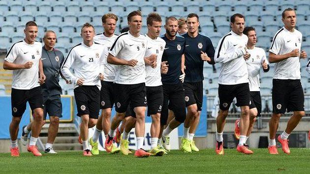 Ondřej Švejdík (první zprava) vede fotbalisty Sparty při výběhu během předzápasového tréninku ve švédském Malmö.