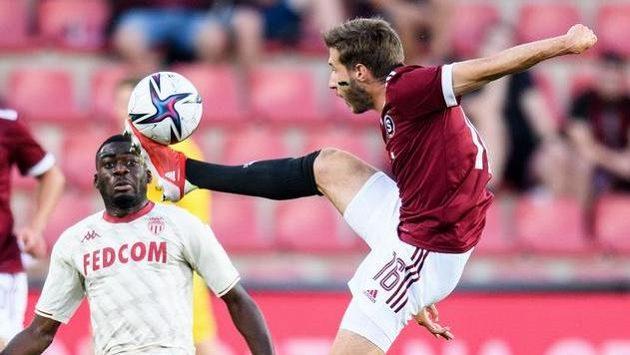 Michal Sáček (vpravo) ze Sparty Praha během utkání 3. předkola Ligy mistrů s Monakem.