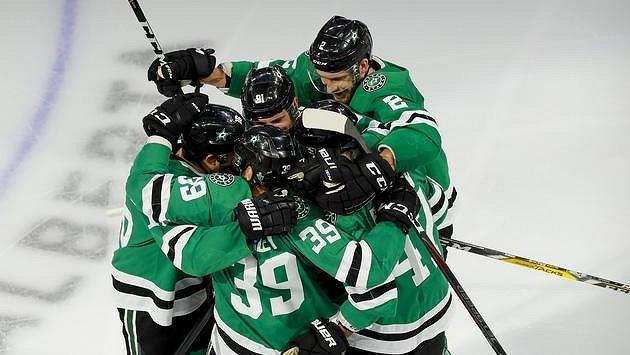 Radost hokejistů Dallasu po vítězném gólu v prodloužení třetího zápasu semifinále Stanley Cupu.
