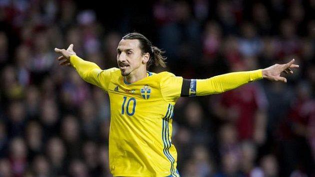 Švédský útočník Zlatan Ibrahimovic střílí gól proti Dánsku v odvetném duelu baráže.
