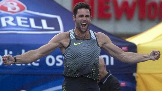 Vítěz Pražské tyčky Jan Kudlička se raduje z českého rekordu 583 cm.
