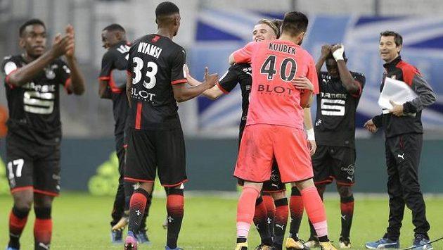 Fotbalisté Rennes i s brankářem Tomášek Koubkem (zády) slaví vítězství 3:1 nad Marseille.
