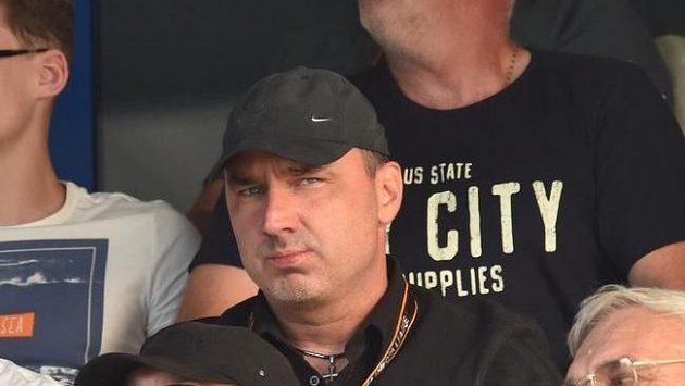 Liberecký trenér Jindřich Trpišovský (třetí zprava) sleduje z tribuny odvetu s Larnakou.