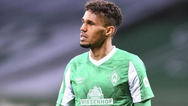 Zklamaný obránce Werderu Brémy Theodor Gebre Selassie.