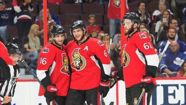 Bobby Ryan (druhý zprava) se raduje se spoluhráči z Ottawy z branky.