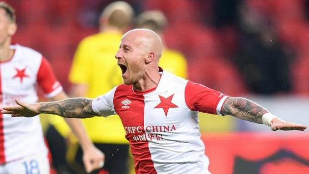Miroslav Stoch ze Slavie oslavuje svůj druhý gól během utkání s Karvinou.