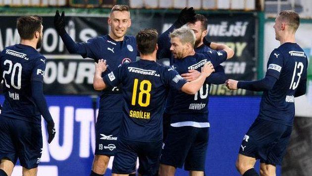 Jan Kalabiška ze Slovácka (druhý zleva) oslavuje se spoluhráči gól na 1:0