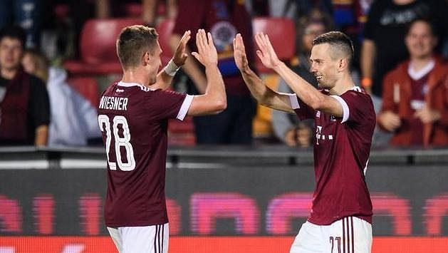 Fotbalisté Sparty Praha Tomáš Wiesner a Jakub Pešek oslavují gól na 2:0 během odvety s Rapidem Vídeň.