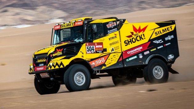 Macíkův kamion se žene písečnou plání.