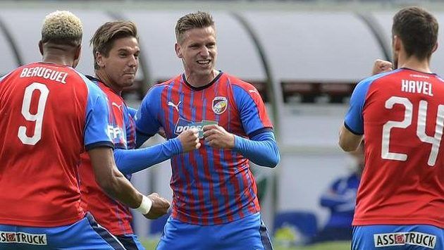 Hráči Plzně (zleva) Jean-David Beauguel, Jan Kovařík a Milan Havel se radují z gólu.