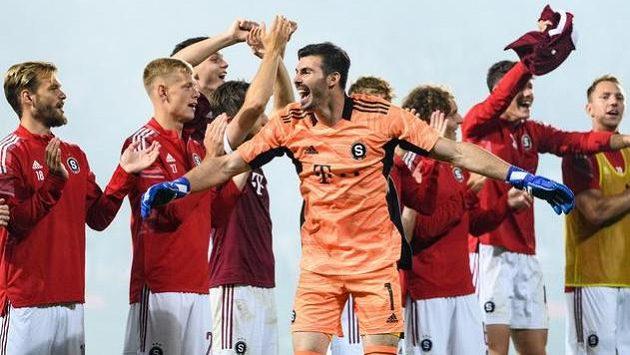 Brankář Florin Nita a fotbalisté Sparty Praha oslavují vítězství a postup přes Rapid Vídeň.
