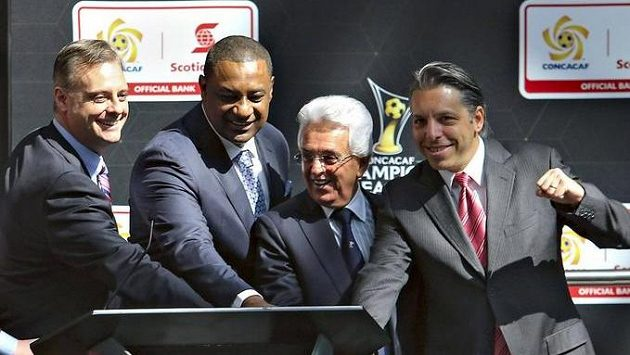 Prezident CONCACAF Jeffrey Webb (třetí zprava) zřejmě bude vydán do USA.