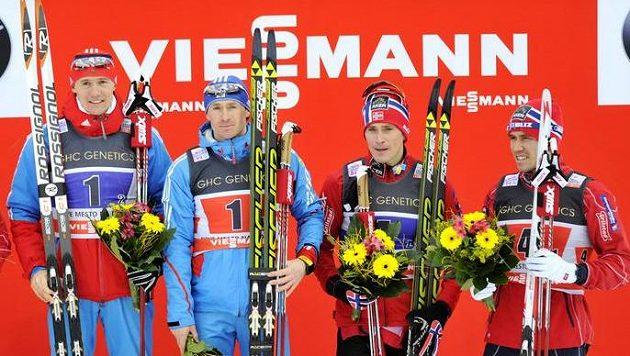 Ruský běžec na lyžích Maxim Vylegžanin (druhý zleva) v Novém Městě na Moravě.