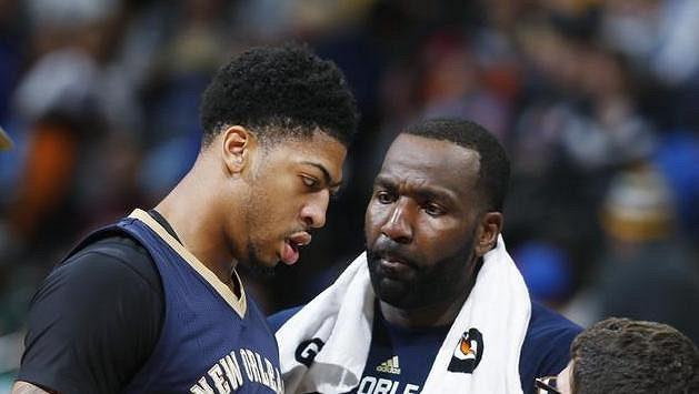 Anthony Davis (vlevo) byl přes zdravotní problémy strůjcem vítězství basketbalistů New Orleans v Denveru. Vpravo Kendrick Perkins.