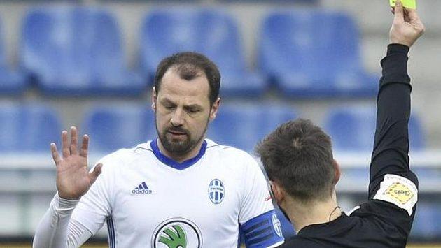 Marek Matějovský z Mladé Boleslavi, kterému ukazuje žlutou kartu rozhodčí Alex Denev.
