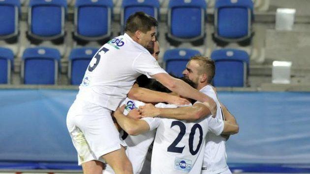 Fotbalisté Slovácka se radují z prvního gólu proti Teplicím.