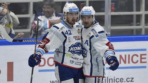 Zleva autor gólu Filip Pyrochta a Tomáš Plekanec z Brna se radují z gólu.