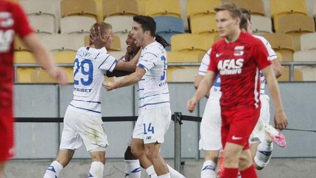 Fotbalisté Dynama Kyjev se radují z úvodní branky utkání proti Alkmaaru
