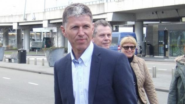 Trenér Jaroslav Šilhavý na letišti v Amsterdamu. Samotný let už proběhl bez komplikací...